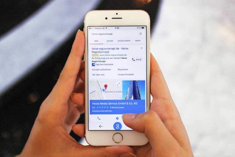 Smartphone mit Suchergebnisseite von Heise RegioConcept