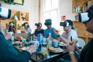 Freunde, die mit VR-Brillen beisammen sitzen - bisher eine merkwürdige Vorstellung.