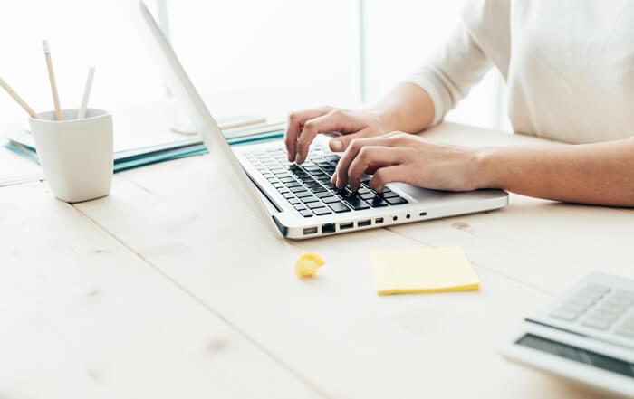 Frau schreibt auf Laptop, Bildquelle stokkete_Fotolia.com